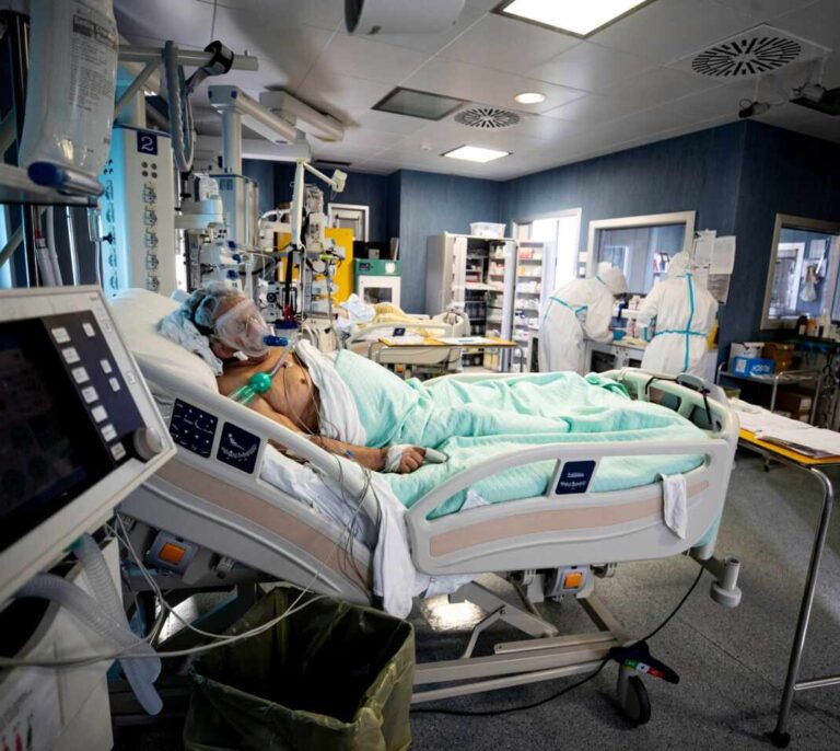 Reino Unido cierra un mes e Italia vuelve a niveles de mayo en número de muertos por coronavirus