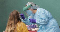 Una sanitaria hace una prueba PCR a una joven en el País Vasco.