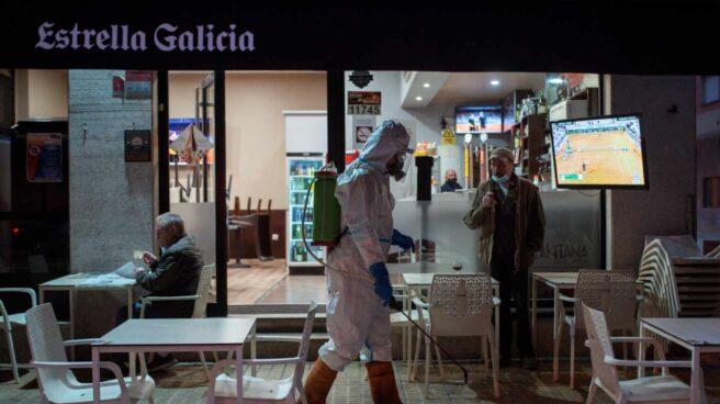 Un operario municipales realiza labores de desinfección por las calles de Ourense.