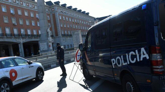 Control de la Policía Nacional en el distrito de Moncloa.