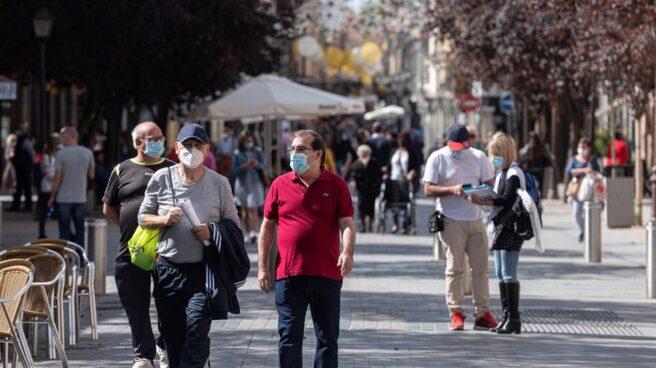 Transeúntes en una calle de Alcalá de Henares (Madrid)