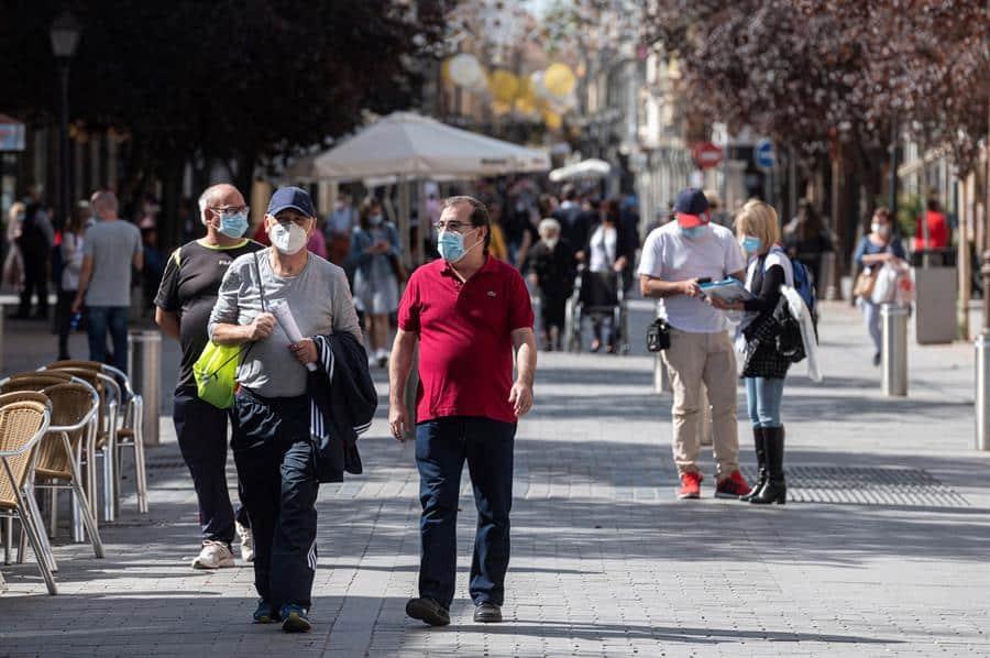 Transeúntes en una calle de Alcalá de Henares, una de las diez ciudades afectadas por las restricciones.