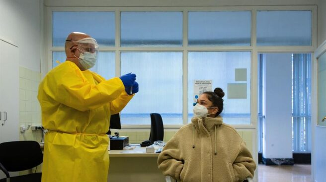 Un sanitario realiza un test en un ambulatorio de Barcelona.