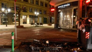 25 contendores quemados y 6 detenidos en una marcha contra el 'toque de queda'