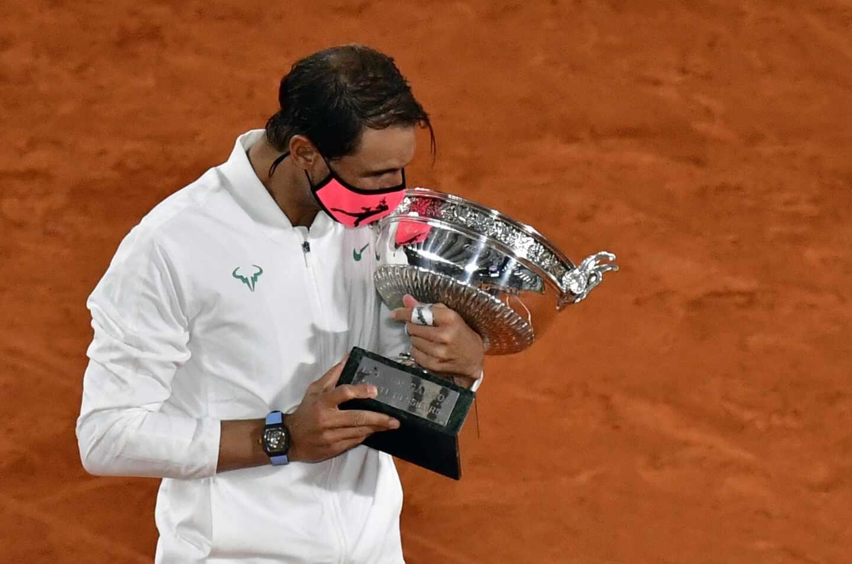 Rafael Nadal levante su 13º título de campeón de Roland Garros.