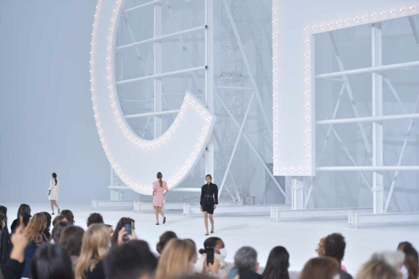 Las letras de Chanel emulando el mítico cartel de Hollywood