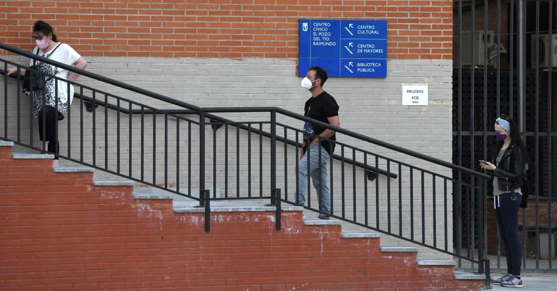 Varias personas esperan en el Centro Cultural del Tio Raimundo para realizarse los tests de antígenos