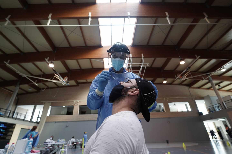 Una sanitaria de la Junta de Andalucía realiza un test rápido de antígenos en Almodóvar del Río (Córdoba).