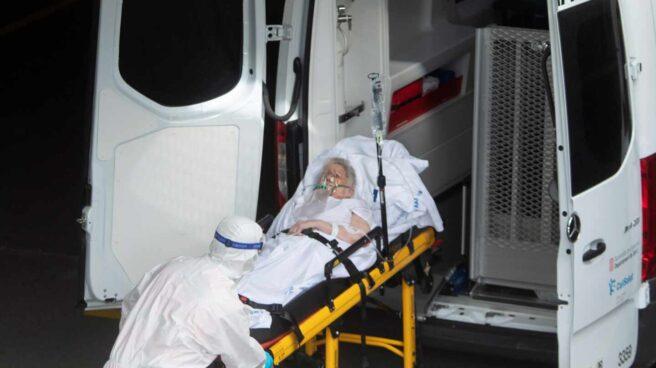 Un técnico de emergencias traslada a una mujer al Hospital del Mar de Barcelona.