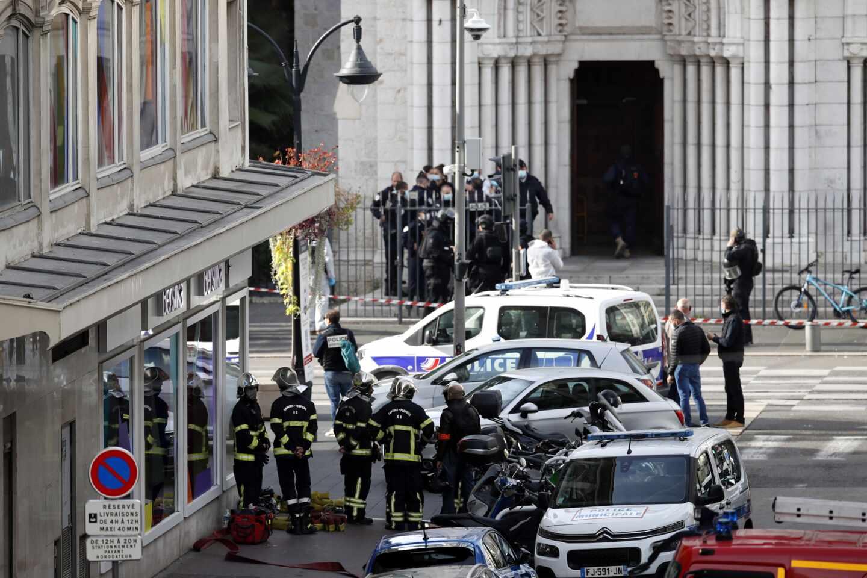 Fuerzas policiales junto a la iglesia de Niza (Francia).