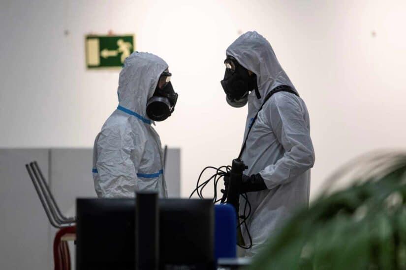 Miembros de la UME realizan labores de desinfección, en una imagen de archivo.