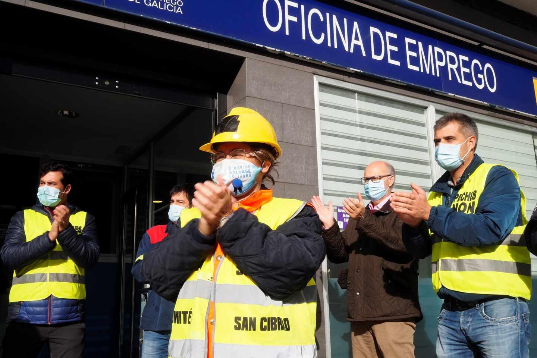 Protesta de trabajadores de Alcoa ante la Oficina de Empleo de Burela (Lugo).
