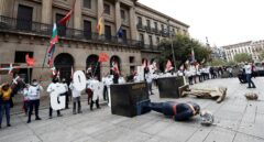 La izquierda abertzale decapita figuras de Felipe VI y Colón en Pamplona