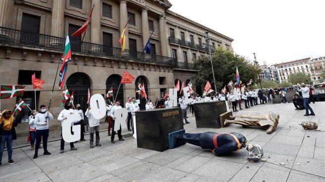 Figuras decapitadas de Felipe VI y Cristóbal Colón en Pamplona.