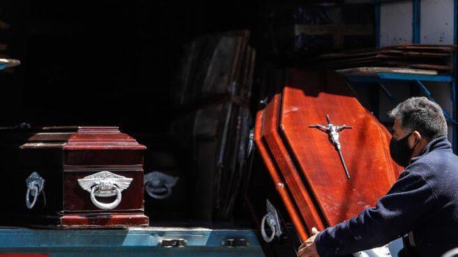Personal de una funeraria descarga ataúdes de un camión en Buenos Aires, Argentina.