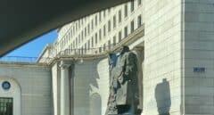 """Pintadas de """"asesino"""" en la estatua de Indalecio Prieto en Nuevos Ministerios"""