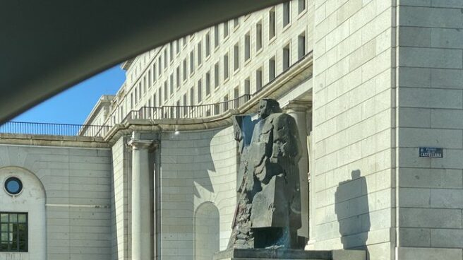 Estatua de Indalecio Prieto en Nuevos Ministerios (Madrid).