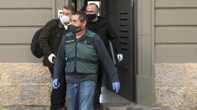 El empresario Josep Campmajó (con gafas), alias 'Canalla', tras ser detenido este miércoles en Girona.