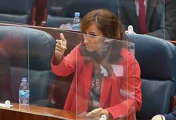 La diputada de Más Madrid, Mónica García, hace un gesto de disparo en la Asamblea de Madrid.