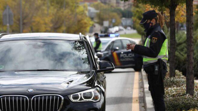 Una agente de la Policía Nacional comprueba la documentación de un conductor durante un control en Madrid.