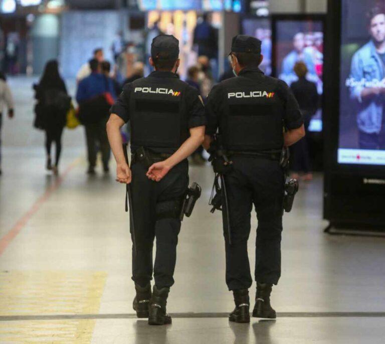 Interior regula el uso del bastón policial: los golpes deberán evitar las zonas vitales