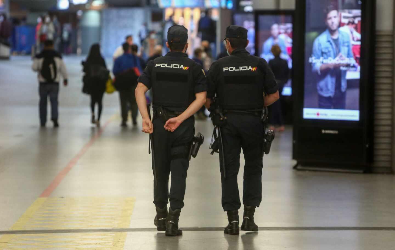 Agentes de la Policía Nacional, en la estación madrileña de Atocha.