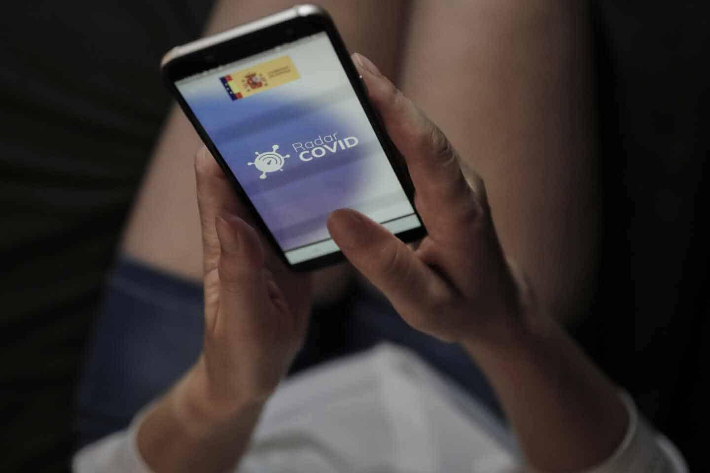 La actriz Nicoleta Hacman hace uso desde su teléfono móvil de la aplicación móvil que desarrolla el Gobierno de rastreo 'Radar Covid'.