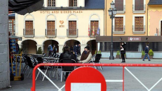 Varias personas, en una terraza en Ponferrada.