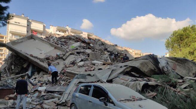 Edificios derrumbados en Esmirna tras el terremoto de magnitud 7 que ha azotado este viernes a Grecia y Turquía.