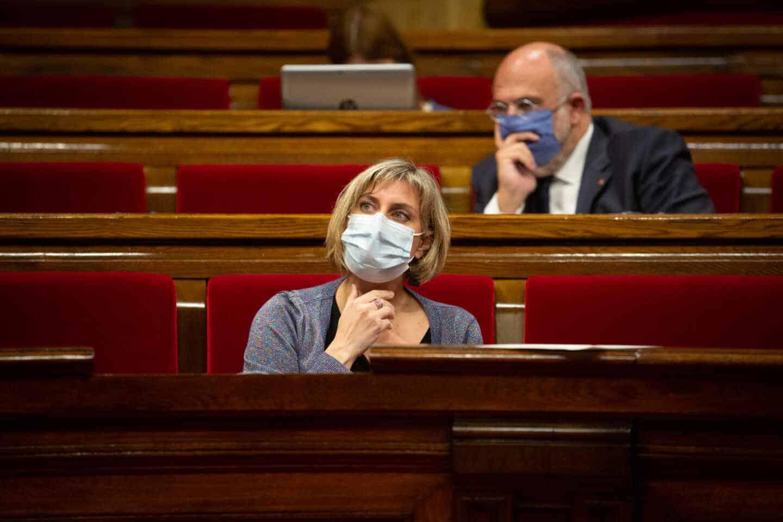 La consejera de Salud de la Generalitat, Alba Vergés, en su escaño del Parlamento de Cataluña.