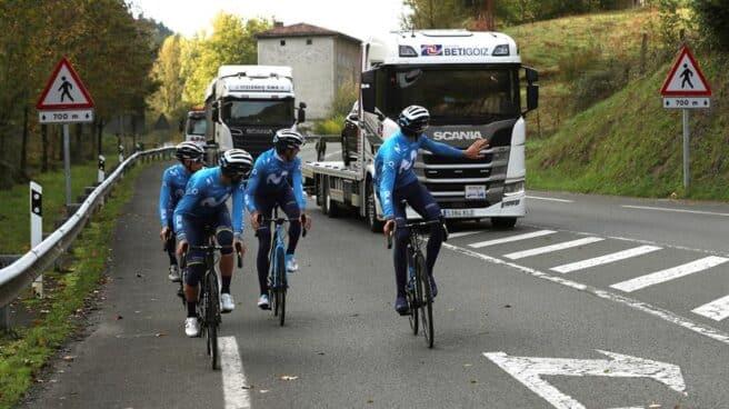 Ciclistas del equipo Movistar entrenan antes del inicio de la Vuelta a España 2020.