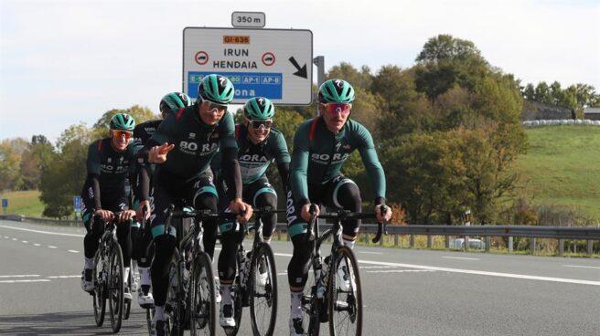 Ciclistas del equipo Bora entrenan cerca de Irún antes del inicio de la Vuelta a España.