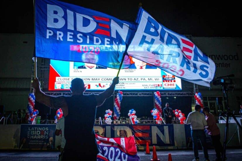 Simpatizantes de Joe Biden ondean banderas y muestran su apoyo mientras esperan los resultados en Miami