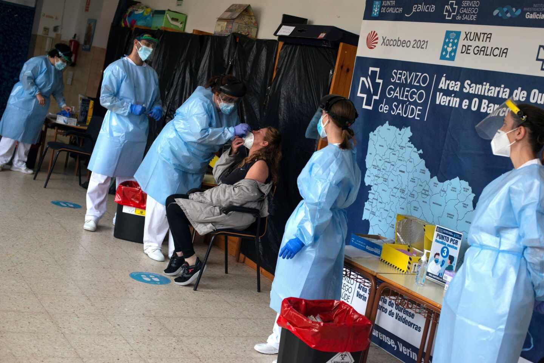 Un trabajador sanitario realiza una prueba PCR durante un cribado selectivo en Ribadavia.