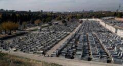 Vista general de las tumbas en el cementerio de la Almudena este domingo con motivo de las fiestas de todos los Santos.