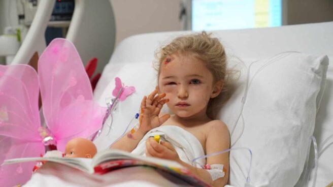 Una niña de tres años superviviente del terremoto del Egeo.