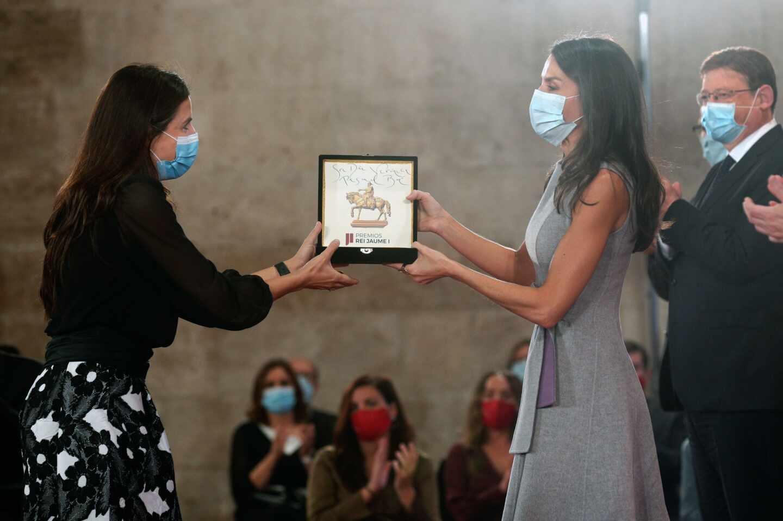 La reina Letizia entrega el Premio Jaime I en la categoría Emprendedor a Verónica Pascual Boé.