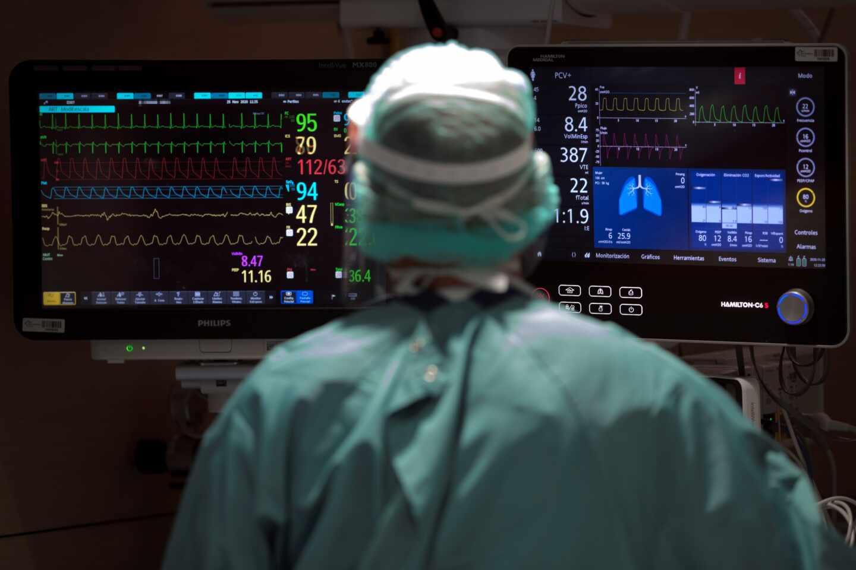 Un sanitario trabaja en la UCI del Hospital Vall d'Hebron de Barcelona.