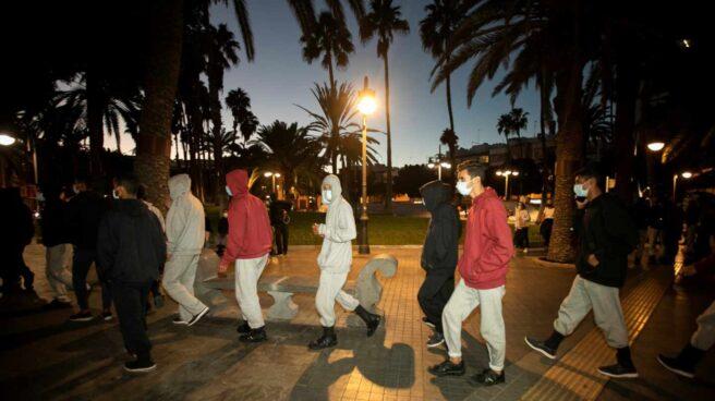 Decenas de inmigrantes marroquíes frente a la Delegación del Gobierno en Las Palmas de Gran Canaria.