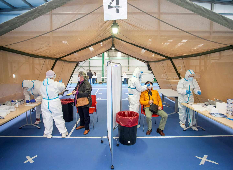 Varias personas se someten a las pruebas durante el test masivo de antígenos en Burgos.