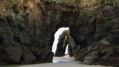 Se derrumba un arco en la Playa de Las Catedrales dejando voluminosos escombros