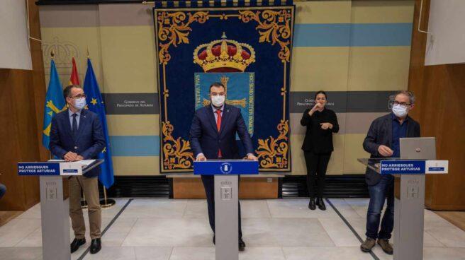 El presidente del Principado, Adrián Barbón, en el centro.