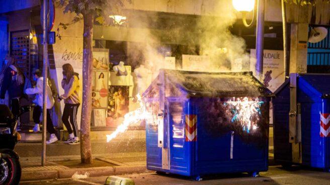 Vista del contenedor en llamas durante los nuevos incidentes registrados el domingo en Logroño.