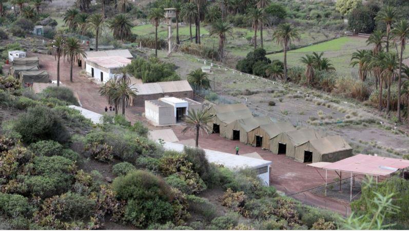 Carpas levantadas en el antiguo acuartelamiento de Barranco Seco, en Las Palmas de Gran Canaria.