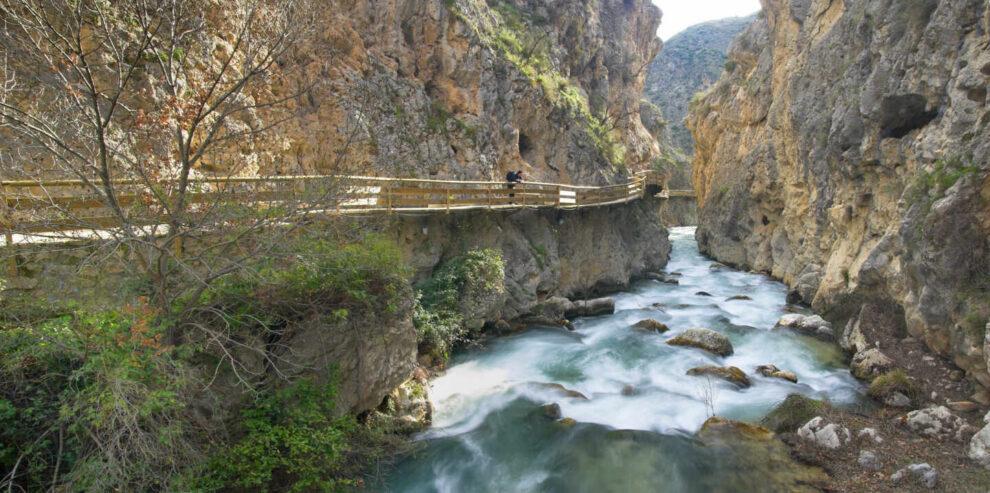 Río Castril y camino del paseo por la montaña que recorre el Geoparque de Granada.