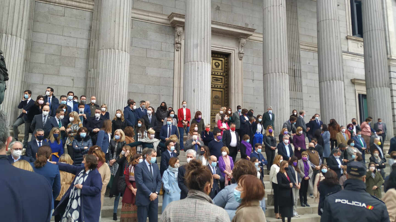 Las escaleras del Congreso, abarrotadas antes del minuto de silencio por la violencia machista