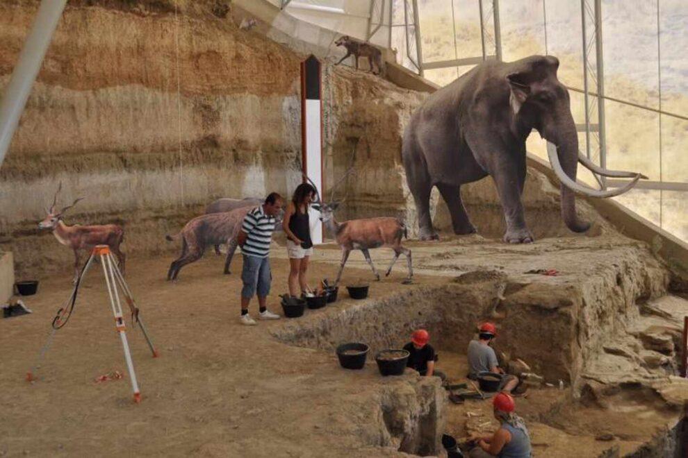 Mamuts y animales en la Estación Paleontológica Valle del Río Fardes en en Geoparque de Granada.