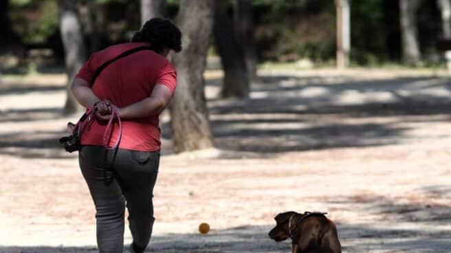 Mujer paseando un perro.