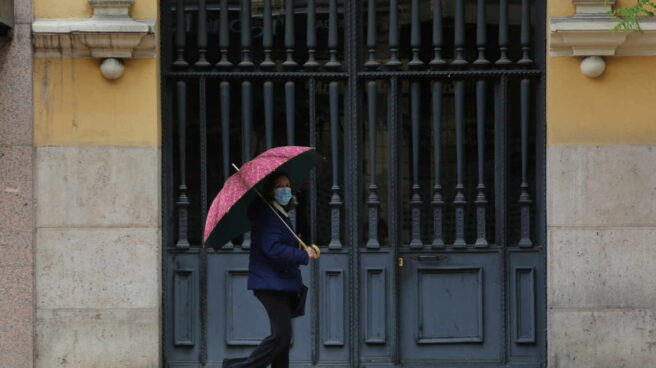 Una mujer camina en un día de lluvia.