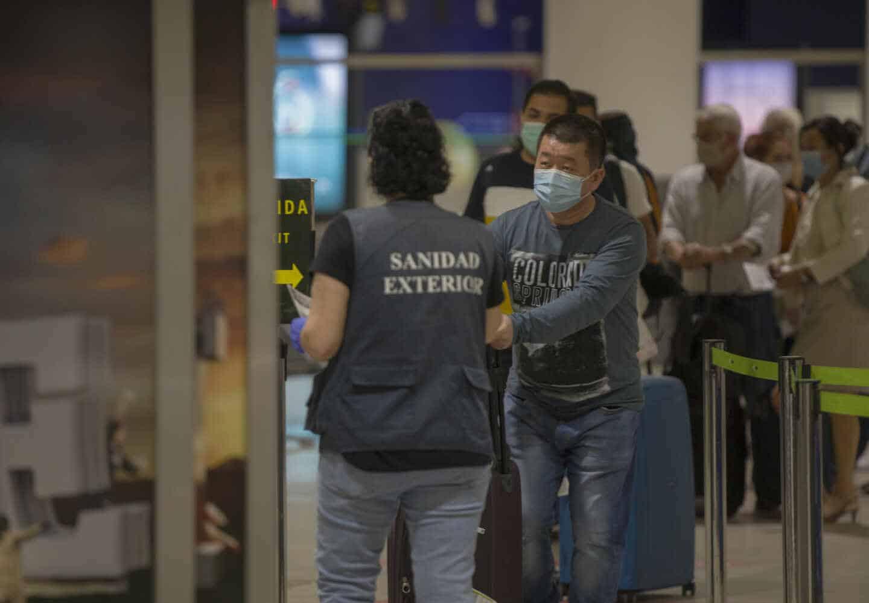 Llegada de turistas al aeropuerto de Sevilla.